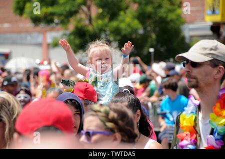 Un jeune vu pendant l'événement, la 37e parade annuelle de sirène a eu lieu à Coney Island, à New York. C'est la plus grande parade de l'art aux Etats-Unis et l'un des plus grands de la ville de New York les évènements de l'été. Photo Stock
