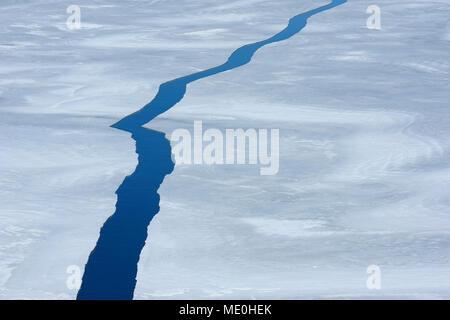 Portrait d'une grande fissure dans les glaces à Snow Hill Island sur la mer de Weddel à la péninsule Antarctique, l'Antarctique Photo Stock
