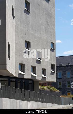 Façade en béton moulé en creux avec des fenêtres carrées et de rampe d'entrée. Pálás Cinéma, Galway, Irlande. Architecte: dePaor, 2017. Photo Stock