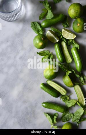 Les fruits et légumes verts sur un fond de marbre Photo Stock