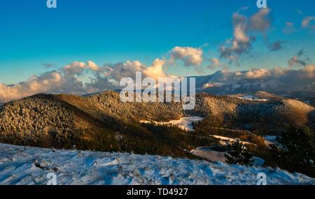 Neige sur les Apennins en hiver, Gubbio, Ombrie, Italie, Europe Photo Stock