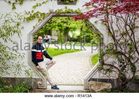 Portrait d'un homme debout contre des arbres Photo Stock