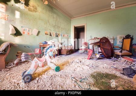Vue de l'intérieur du château abandonné à Moulbaix, Belgique. Actuellement en cours de rénovation. Photo Stock