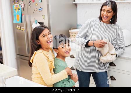 Portrait de la mère et des enfants heureux dans la cuisine Photo Stock
