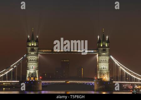 L'Angleterre, Londres, Tower Bridge at Night Photo Stock