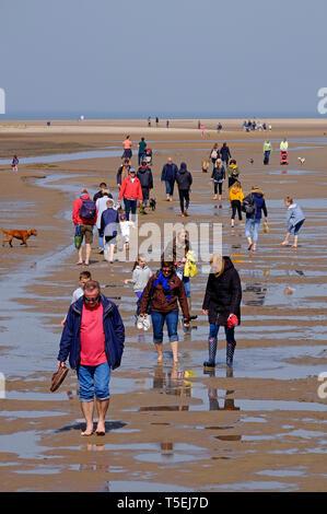 Visiteurs sur holkham beach, North Norfolk, Angleterre Photo Stock