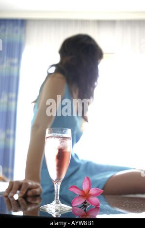 Femme dans la chambre d'hôtel Photo Stock