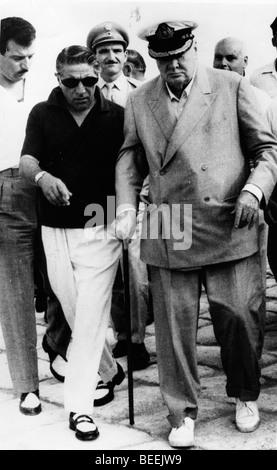 Aristote Onassis, gauche, et Winston Churchill en 1963. Photo Stock