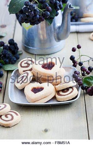 Noir et blanc, des biscuits et des biscuits en forme de cœur avec confiture aronia Photo Stock