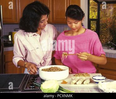 Mère et fille chinois apprendre à faire des rouleaux de printemps © Myrleen ....Pearson Ferguson Cate Photo Stock