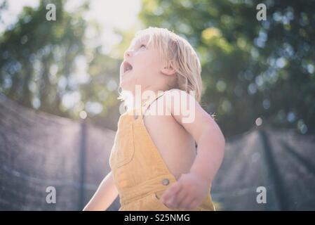 Garçon Fille en dehors de l'exploration Photo Stock