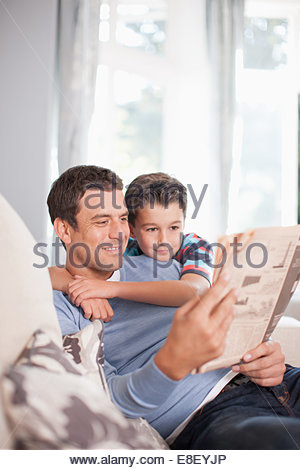 Le père et le fils ensemble journal de lecture Photo Stock