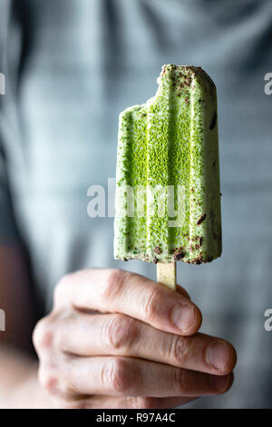 Matcha et pépites de chocolat menthe sucettes glacées Photo Stock