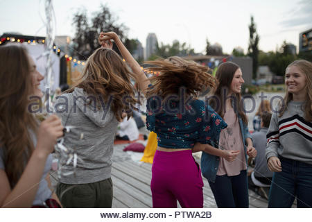 Teenage Girls dancing au cinéma dans le parc Photo Stock