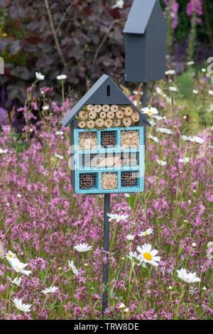 Fort d'insectes situé dans un jardin de fleurs sauvages pour encourager les insectes (faune) dans le jardin. UK Photo Stock