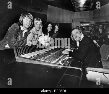 ABBA dans un studio d'enregistrement dans le milieu des années 1970 (L-R), Agnetha Fältskog Björn Photo Stock
