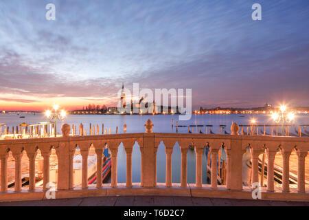 Lever du soleil, le Bacino di San Marco, San Giorgio Maggiore Island dans l'arrière-plan, Venise, Vénétie, Italie, Europe. Photo Stock