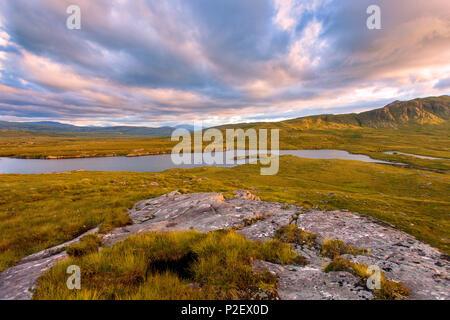 Coucher du soleil, l'Assynt, pierres, Lochanan Dubhe, colline, montagne, au nord, l'Ecosse Photo Stock