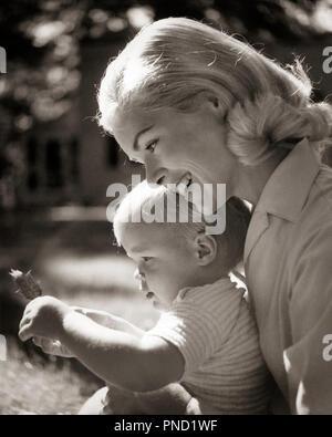 1960 SMILING BLONDE MÈRE TENANT UN ENFANT AVEC FEUILLE - j11262 CLE003 HARS BLONDE JUVÉNILE DES JEUNES ADULTES DE SÉCURITÉ COFFRE FORT FILS HEUREUX JOIE FAMILLES FEMMES PARENTS ACCUEIL SANTÉ SOINS COPIE ESPACE VIE MÂLES B&W TOUT-PETITS RÊVES BONHEUR TÊTE ET ÉPAULES PROTECTION FEUILLE sourire affectueux Bébé garçon LA MATERNITÉ JOYEUSE AFFECTION ATTACHEMENT PERSONNEL CROISSANCE ÉMOTION JUVÉNILES MAMANS TOGETHERNESS WOMAN NOIR ET BLANC à l'ANCIENNE Origine ethnique Caucasienne Photo Stock