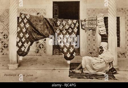 La dame juive Pantalons - sur la ligne de lavage - Tunisie. Leur magnificence tout à fait justifie clairement la garde personnelle...! Photo Stock