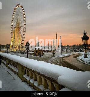 La grande roue sur la place de la Concorde sous la neige à Paris Photo Stock