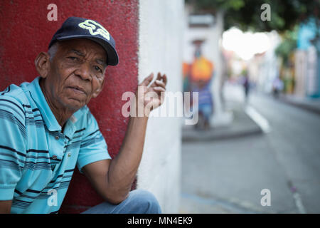 Un homme qui regarde, Getsemani, Carthagène, Colombie, Amérique du Sud Photo Stock