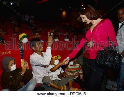 Bollywood acteur Monica Bedi interagit avec les familles des patients atteints du cancer au cours de la projection spéciale du film de Bollywood Khiladi 786 2 organisé par les jeunes membres du Maharashtra NavNirman Sena (Vidyarthi) sont offertes à Mumbai, Inde, 05 janvier 2013. (Krishanu Nagar) Photo Stock