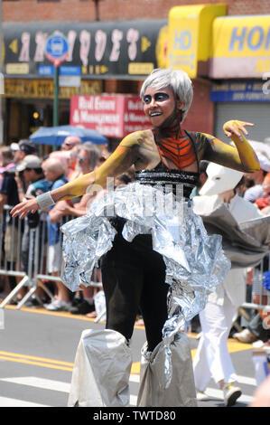 Parade des danses participant durant l'événement.La 37e parade annuelle de sirène a eu lieu à Coney Island, à New York. C'est la plus grande parade de l'art aux Etats-Unis et l'un des plus grands de la ville de New York les évènements de l'été. Photo Stock