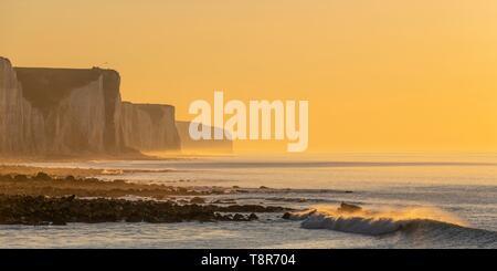 France, Somme, Côte Picarde, Ault, crépuscule au pied des falaises qui s'étendent vers Le Tréport et Normandie Photo Stock