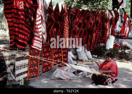 1980 WEAVER MEXICAIN MEXICO MEXIQUE SUR LE MARCHÉ À XOCHIMILCO - KR39963 KRU001 HARS MID-ADULT MID-ADULT WOMAN ATTRACTION TOURISTIQUE PRÈS D'ARTS ET MÉTIERS ARTISANAUX DE TISSAGE LOOM OLD FASHIONED WEAVER XOCHIMILCO Photo Stock