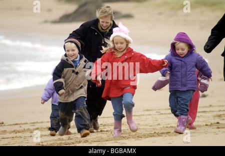 Photo de famille les vacances d'hiver, les enfants jouant de la santé exercice Photo Stock