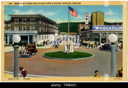 Vue sur Broadway, de Trail's End (délais d'île ou rond-point), Seaside, Oregon, USA, avec l'hôtel Seaside sur la gauche. Date: 1937 Photo Stock