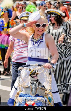 Participant Parade salue pendant l'événement.La 37e parade annuelle de sirène a eu lieu à Coney Island, à New York. C'est la plus grande parade de l'art aux Etats-Unis et l'un des plus grands de la ville de New York les évènements de l'été. Photo Stock