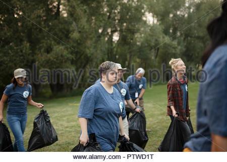 Femme avec le syndrome de bénévolat, le nettoyage des ordures dans park Photo Stock