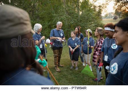 L'homme préparer les volontaires dans park Photo Stock