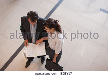 Les gens d'affaires de l'examen dans le rapport Hall Photo Stock