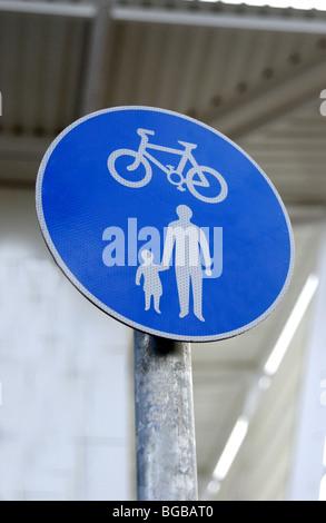 Photo de piste cyclable randonnée pédestre école parallèle exécutez sign UK Photo Stock