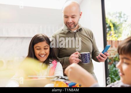 Père et fille using digital tablet et smart phone Photo Stock