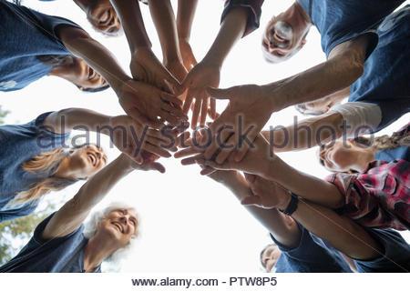 Des bénévoles heureux de joindre les mains se serrent Photo Stock