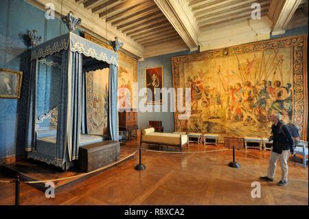 France, Loir et Cher, vallée de la Loire classée au Patrimoine Mondial de l'UNESCO, Chambord, le Château Royal, chambre de la reine, l'homme à la recherche du bed Photo Stock