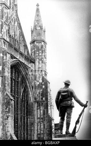 Photo de statue soldat fier fierté la bravoure courageux de la cathédrale Photo Stock