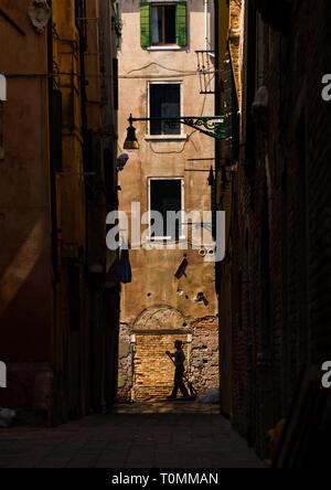 Gondole vénitienne en passant en face de façades pourries, Vénétie, Venise, Italie Photo Stock