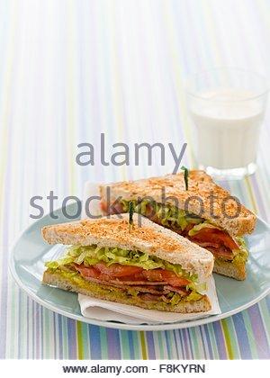 BLT sandwiches et verre de lait pour les enfants Photo Stock