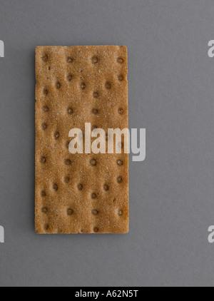 Pain de seigle sur fond gris tourné avec professional digital format moyen Photo Stock