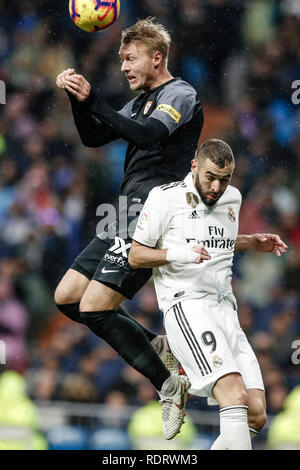 Santiago Bernabeu, Madrid, Espagne. 19 Jan, 2019. La Liga football, Real Madrid contre Séville ; Simon Kjaer (FC Séville) gagne la coupe de Karim Benzema (Real Madrid) : Action de Crédit Plus Sport/Alamy Live News Photo Stock