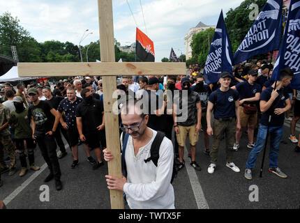 Un militant nationaliste ultra ukrainien porte une croix au cours d'une manifestation contre la Gay Pride Parade annuelle à Kiev.Plus de 8 000 personnes se sont rendues à Kiev pour la Gay Pride Parade annuelle. La sécurité est serré que les militants d'extrême droite, a tenté de perturber la fête. Les manifestants, brandissant des drapeaux ukrainiens et arc-en-ciel et porter des costumes colorés, ont défilé dans le centre de la capitale, alors que des milliers de policiers et de troupes de la Garde nationale étaient là, pour assurer l'ordre. Photo Stock