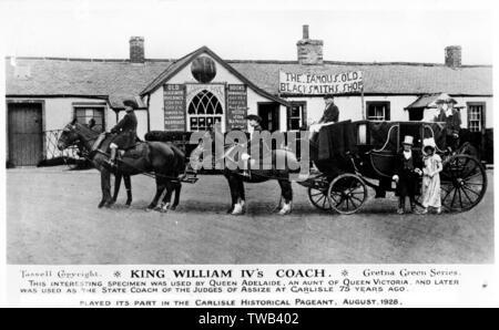 King William IV en dehors de l'entraîneur de la célèbre Vieille forge à Gretna Green, l'Écosse, au cours de la fresque historique de Carlisle, août 1928, avec des gens en costumes historiques. La voiture a été utilisé par la reine Adélaïde, une tante de la reine Victoria. Date: 1928 Photo Stock