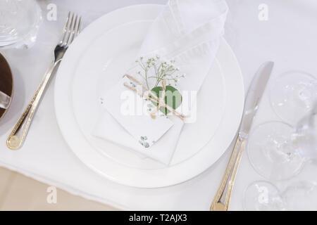 Lieu du mariage avec serviette sur assiette Photo Stock