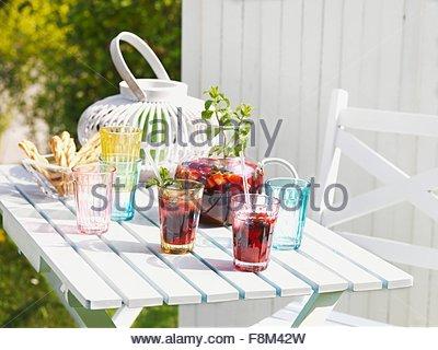 Sangria sur une table de jardin d'été. Photo Stock