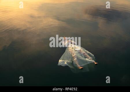Ophelia morts dans les eaux des lacs au coucher du soleil Photo Stock